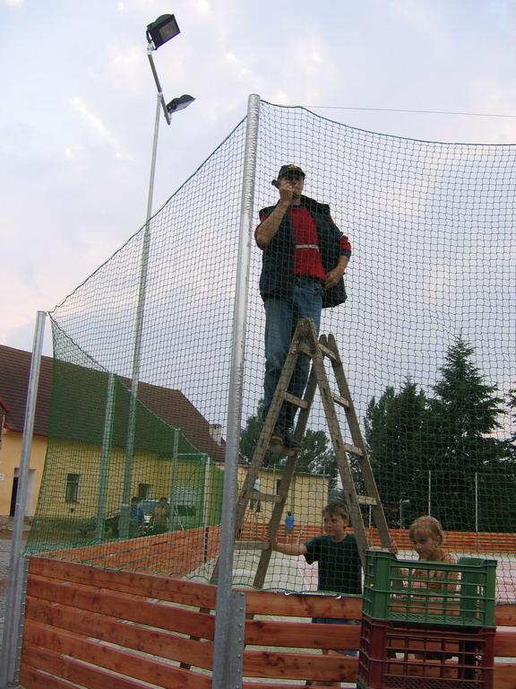 Konstrukce - pokládání povrchu - napínání sítí