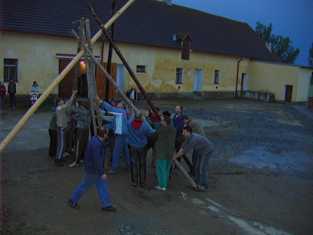 30.04.2009 - Stavění máje