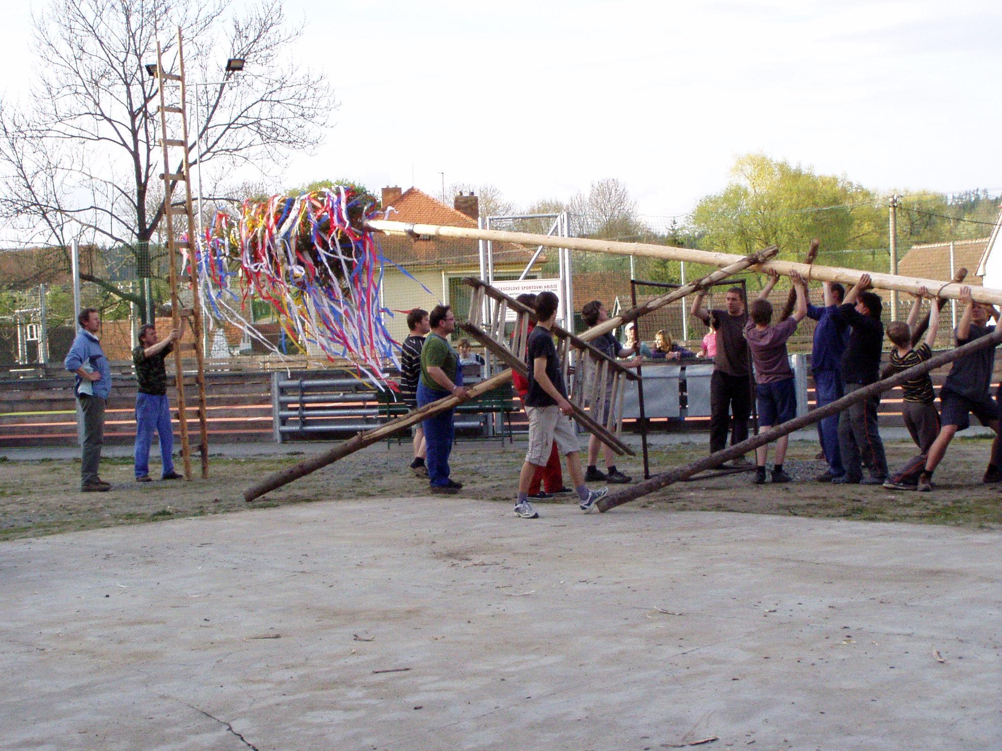 30.04.2010 - Stavění máje
